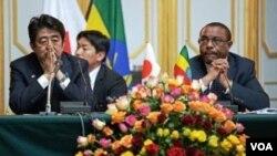 PM Ethiopia Hailemariam Desalegn (kanan) menerima kunjungan PM Jepang Shinzo Abe di Addis Ababa, Rabu (15/1).