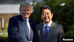 美國總統川普與日本首相安倍晉三11月5日在霞關鄉村俱樂部前握手