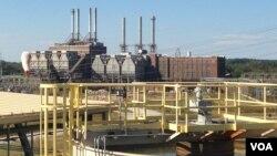 Pembangkit tenaga listrik Buck Combined Cycle milik Duke Energy, di latar depan, mengandalkan energi bersih ketimbang fasilitas berbahan bakar batu bara, di larta belakang. Rowan County, North Carolina (foto: N. Yaqub/VOA)