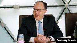 30일 한국 아산정책연구원에서 열린 비공개 라운드테이블에서 시드니 사일러 미국 국무부 6자회담 특사가 발언하고 있다.
