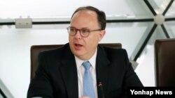 사일러 특사가 지난해 한국 아산정책연구원에서 열린 회의에서 발언하고 있다. (2014년 10월 30일)