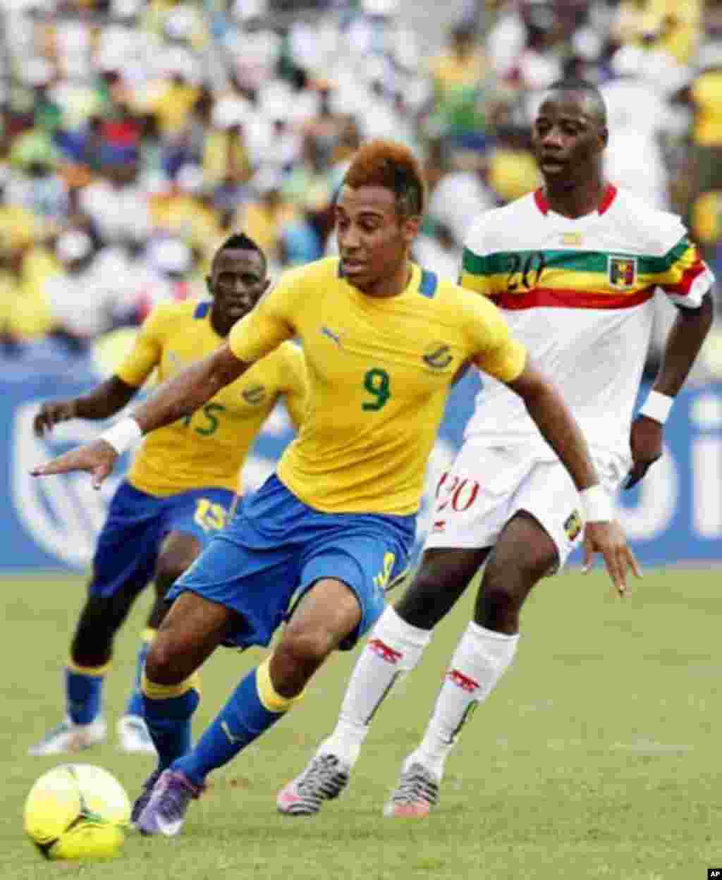 Gabon's Pierre Aubameyang (L) runs with the ball during their African Cup of Nations quarter-final soccer match against Mali at the Stade De L'Amitie Stadium in Gabon's capital Libreville, February 5, 2012.