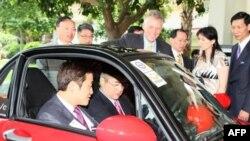 美国商务部部长骆家辉(车内右)在访问香港期间试驾mycar