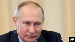 """Suriyanın Moskvadakı səfiri Rusiyanın Əsədə dəstəyinə görə şükran suriyalıların öz övladlarına """"Putin"""" adı qoyduqlarını deyir."""