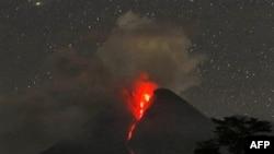 Núi lửa Merapi phun tro và khí nóng trong vài giờ đồng hồ sớm thứ Năm, sau một đợt phun trào mạnh một ngày trước đó