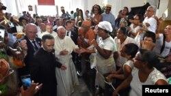Paus Fransiskus disambut ummat Katolik saat mengunjungi mengunjungi gereja St. Peter Claver di Cartagena, Kolombia, Minggu (10/9).