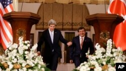 1일 터키 앙카라서 열린 기자회견장에 들어서는 존 케리 미국 국무장관(왼쪽)과 아흐메트 다부토루 터키 외무장관.