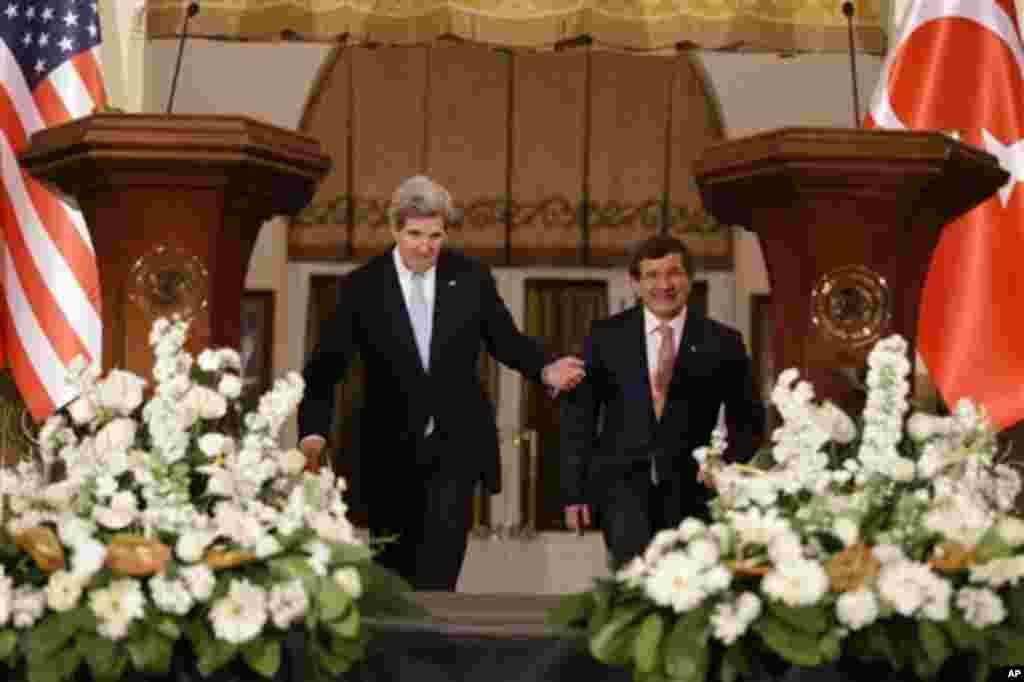 John Kerry, Ankara'da Dışişleri Bakanı Ahmet Davutoğlu'yla (1 Mart 2013)