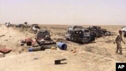 Lực lượng an ninh Iraq kiểm tra những chiếc xe của chiến binh Hồi giáo bên ngoài Fallujah, Iraq, ngày 29 tháng 6 năm 2016.