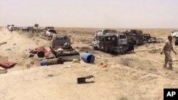 Fuerzas de seguridad iraquíes inspeccionan vehículos pertenecientes a militantes del grupo Estado Islámico en las afueras de Faluya.