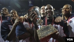Lamar Odom, kanan, memegang piala setelah final Kejuaraan Dunia Basket antara Amerika dan Turki pada hari Minggu di Istanbul. Amerika mengalahkan Turki, 81-64.