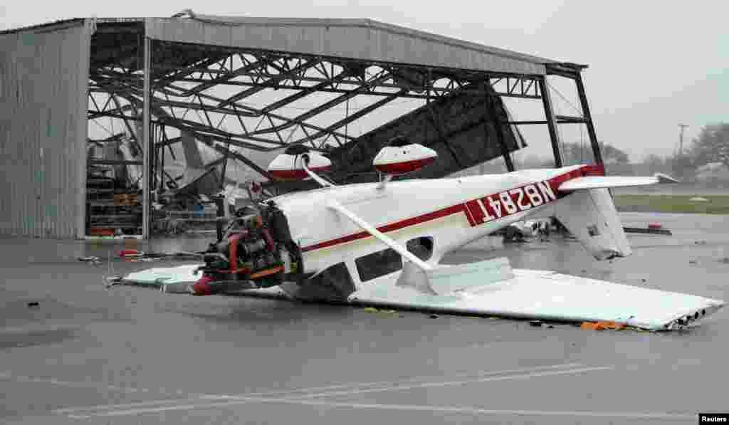 """Перевернутый самолет, лежащий в аэропорту,после того, как ураган """"Харви"""" прошел вблизи Фултона, штат Техас, 26 августа 2017 года."""
