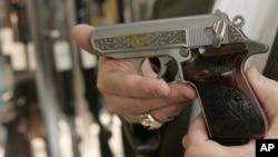 Súng ống được mua một cách dễ dàng tại Mỹ, và quyền sở hữu súng được Hiến pháp bảo vệ trong Tu chính án số 2. (AP Photo/Sue Ogrocki)