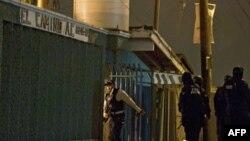 Cảnh sát Liên bang Mexico đứng gác ở phía trước trung tâm cai nghiện ma túy ở Tijuana, nơi xảy ra vụ nổ súng, ngày 25/10/2010
