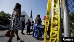 Para jemaat Gereja Episkopal Metodis Afrika Emanual tiba untuk menghadiri kebaktian pertama sejak penembakan massal di gereja tersebut (21/6). (Reuters/Brian Snyder)