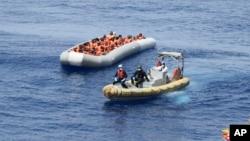 Pasukan penjaga pantai Italia menyelamatkan para migran di Laut Tengah, Senin 30/5. Sebelumnya, Yunani menyelamatkan 29 migran lepas pantai Lefkada, Yunani barat.