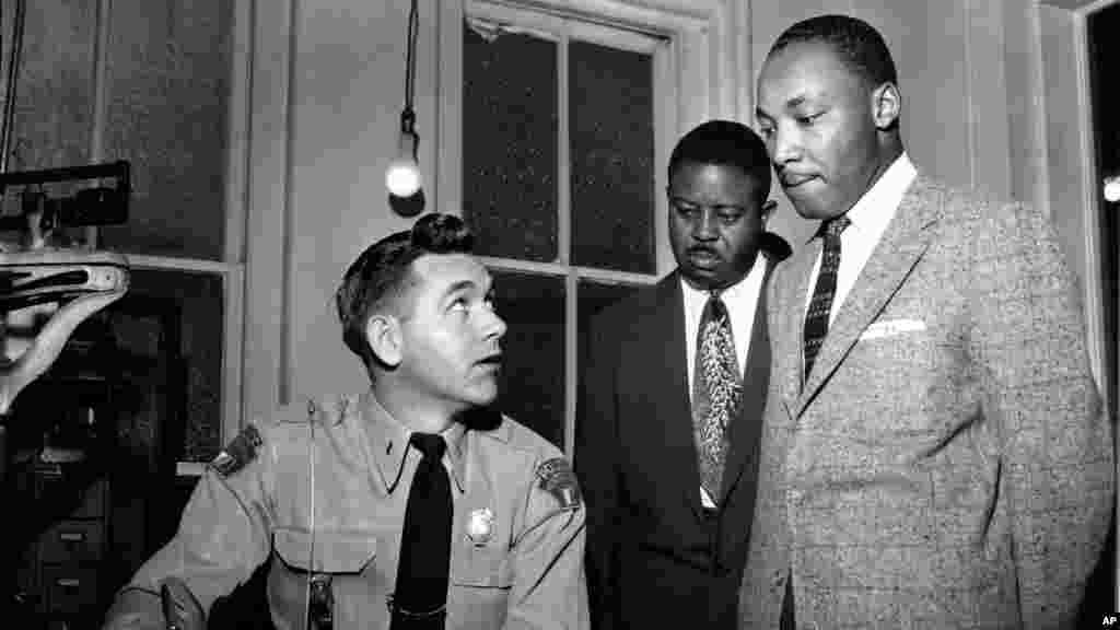 የማርቲን ሉተር ኪንግ ጁንየር(Martin Luther King, Jr.)ከራልፍ አበርናቲ ሞንተጋምሪ አለባማ ፓሊስ ጣብያ እአአ 1956