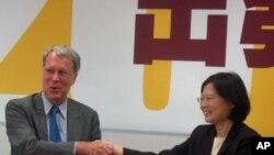 美国在台协会主席薄瑞光和民进党主席蔡英文6月27号在民进党总部