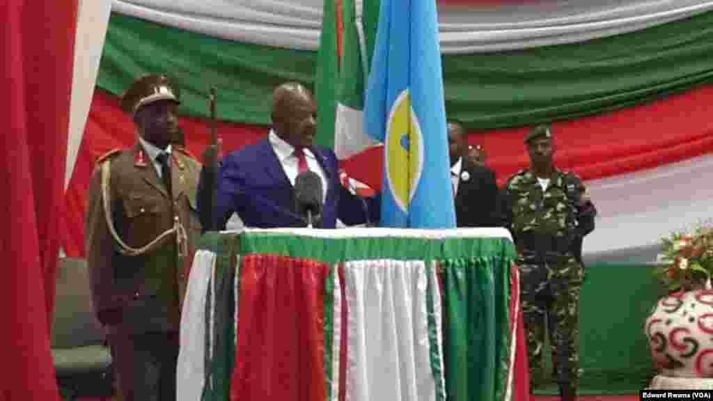 Un marteau levé à la main gauche et le pan du drapeau du Burundi à droite, le président burundais réélu Pierre Nkurunziza prête serment auprès de la Cour constitutionnelle à Bujumbura, Burundi, 20 aout 2015