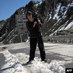 美国之音记者何宗安在夹金山顶踏雪工作