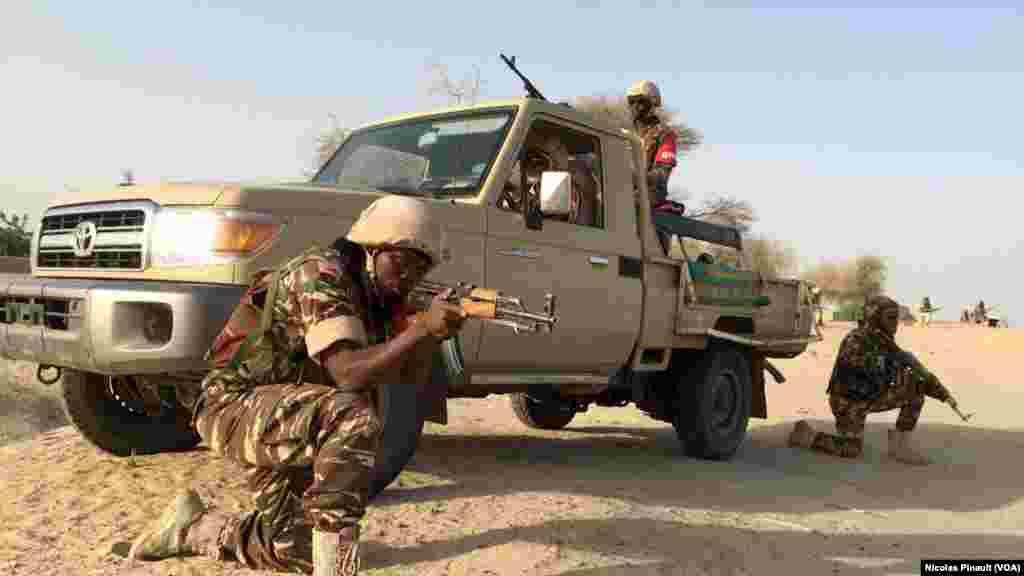 Dans le village de Zenam Kelouri, les soldats nigériens procèdent à une démonstration de force de leur lutte contre Boko Haram, le 29 février 2016.