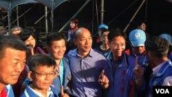 2018年11月17日,國民黨籍高雄市長參選人韓國瑜在高雄造勢晚會後台與支持者合影(美國之音許寧拍攝)