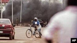 Hayaki ya rufe sojojin Burkina Faso, Alokacin da masu zanga-zangake kan tituna a Ouagadougou, Burkina Faso,Satumba. 18, 2015.