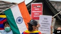 Warga Tibet dalam pengasingan dan warga India setempat berunjuk rasa memprotes pemerintah China di Dharmsala, India, 19 Juni 2020.
