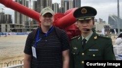 Ông Ryan Martinson trên một tàu hải cảnh trong một chuyến thăm Trung Quốc.