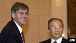 Thứ trưởng Ngoại giao Hoa Kỳ James Steinberg (trái) được Ủy viên Quốc vụ viện Trung Quốc Đái Bỉnh Quốc chào đón tại Bắc Kinh, ngày 16 tháng 12, 2010