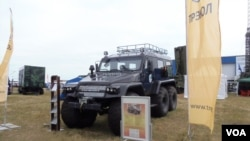 2014年8月莫斯科武器战上展出的可在北极地区使用的车辆。(美国之音白桦拍摄)