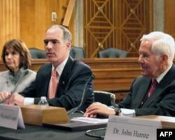 参议员凯西(中)强调粮食是国际安全重要议题