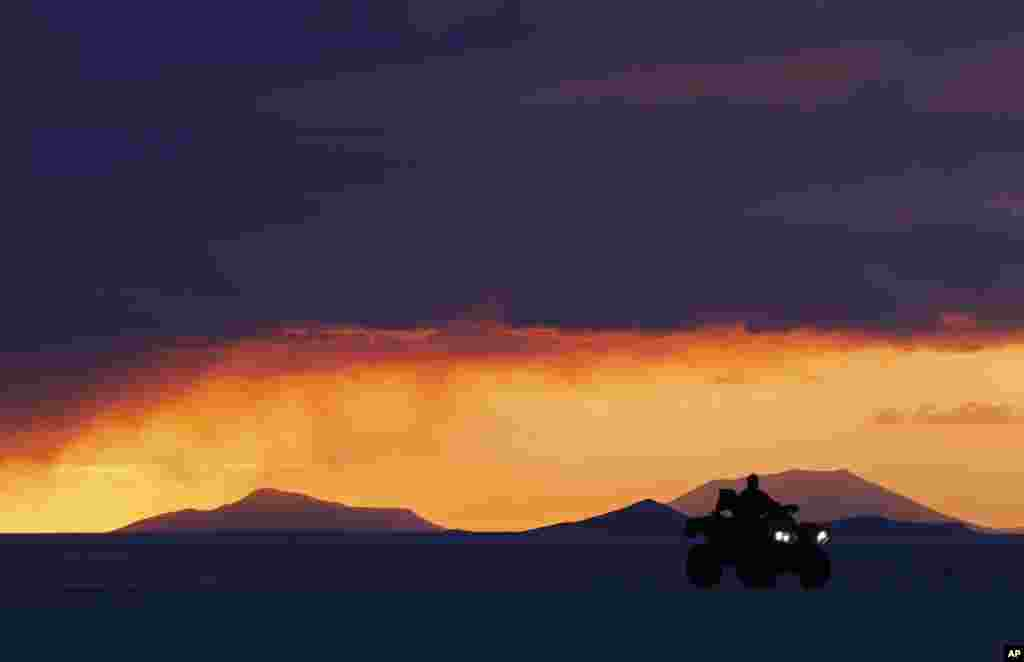 A resident of Uyuni drives his quad on Salar salt lake of Uyuni, Bolivia, before the seventh stage of the Dakar Rally 2014 that will be held from Salta to Uyuni.