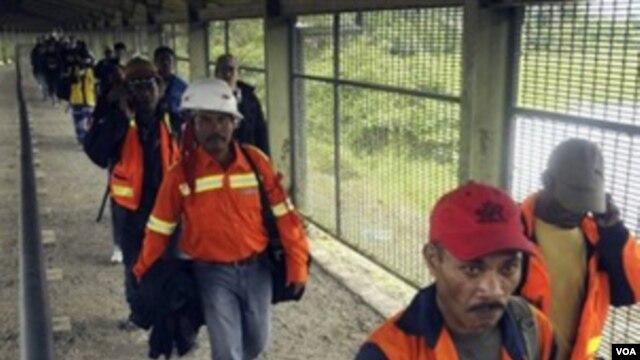 Para pekerja pertambangan emas dan tembaga PT. Freeport di Timika, Papua Indonesia (Foto:dok). 32 pekerja dilaporkan terperangkap longsor, Selasa pagi (14/5).