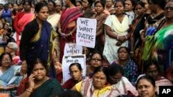 Para aktivis perempuan India melakukan protes menuntut keadilan dan hukuman berat bagi kasus perkosaan di Kolkata, India (foto: dok).