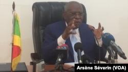 Le président de la Commission anti-corruption, Lamyr Nguele, commentant les résultats de l'enquête, au Congo, le 31 juillet 2018. (VOA/Arsène Séverin)