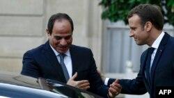 Le président français Emmanuel Macron raccompagne son homologue égyptien Abdel Fattah al-Sisi après leur rencontre à l'Elysée à Paris le 24 octobre 2017.