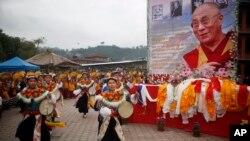 Người Tây Tạng nhảy múa mừng sinh nhật lần thứ 80 của nhà lãnh đạo tinh thần của họ, Đức Đạt Lai Lạt Ma, ở Kathmandu, Nepal, 6/7/2015. (AP Photo/Niranjan Shrestha)