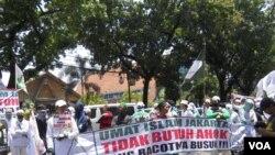 Unjuk rasa Front Pembela Islam (FPI)menolak Ahok menjadi Gubernur DKI Jakarta, di depan depan gedung DPRD DKI Jakarta, Rabu, 24 September 2014 (Foto:VOA/Andylala)