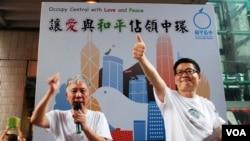 兩位和平佔中倡議者朱耀明(左)及陳健民在街站呼籲遊行人士支持佔中運動