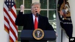 El presidente Donald Trump habló desde el Jardín de las Rosas de la Casa Blanca el 25 de enero de 2019, para anunciar el fin del cierre del gobierno de EE.UU. cuando llegaba al día 35.