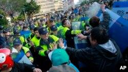 Người biểu tình đụng độ với cảnh sát Đài Loan tại tòa nhà nội các ở Đài Bắc, ngày 24/3/2014.