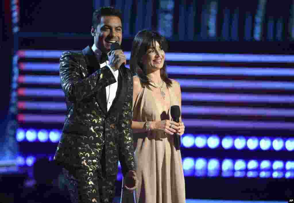 Los anfitriones de la gala, el cantante y actor mexicano Carlos Rivera, y la actriz Ana de la Reguera, durante el show que se celebró el jueves por la noche en la ciudad de Las Vegas.