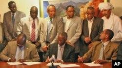 Wakilan Arewaci da Kudancin Sudan kenan ke rattaba hannu kan yarjajjeniyar.