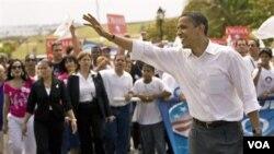 Obama melambaikan tangan kepada para pendukungnya, saat kampanye di Puerto Rico (24/05/08)