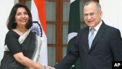 印度外交秘書尼魯帕瑪.拉奧(右)與巴基斯坦外交秘書巴希爾(左)在新德里會面。