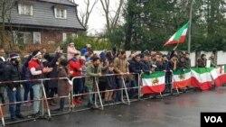 تجمع ایرانیان مقابل سفارت جمهوری اسلامی ایران