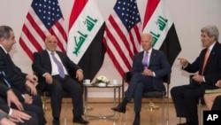 Menteri Luar Negeri AS John Kerry dan Wakil Presiden Joe Biden bertemu dengan Perdana Menteri Irak Haider Al-Abadi, kedua kiri, dalam pertemuan bilateral di Konferensi Keamanan Munich (MSC) ke-51 di Munich, Jerman, Sabtu, 7 Februari 2015. (AP Photo/Jim Watson, Pool)