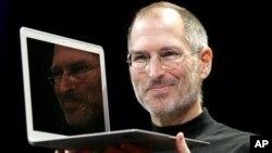 Почина Стив Џобс, еден од основачите на Епл