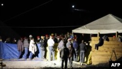 Nhân viên cứu hộ và thợ mỏ đứng trước mỏ than nơi xảy ra vụ nổ ở bang Coahuila, Mexico, 4/5/2011
